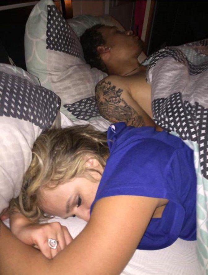 Gdy Duston wrócił do domu, zastał swoją dziewczynę w łóżku z innym mężczyzną. Zamiast urządzać awanturę, postanowił odpłacić jej pięknym za nadobne…