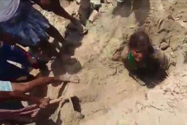 Zakopali ją żywcem, by zemścić się na sąsiedzie. Zrozpaczony ojciec rzucił się na ziemię, by własnymi rękami ratować dziecko