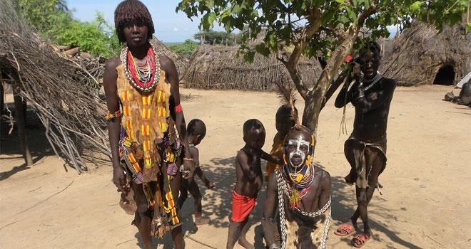 Ten okrutny afrykański rytuał z gorącymi kamieniami ma na celu pozbawić młode dziewczyny piersi. Ból, jakiego doświadczają ofiary jest nie do opisania!