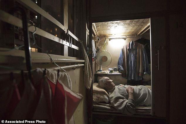 Tłoczą się w domach-trumnach, gdzie na jednego mieszkańca przypada metr kwadratowy powierzchni! Gdy zobaczysz, jak mieszkają, zapomnisz o narzekaniu na swe lokum!