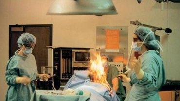 Podczas operacji ciało pacjentki nagle stanęło w płomieniach! Szybko okazało się, że przyczyną tragedii była jej własna fizjologia…