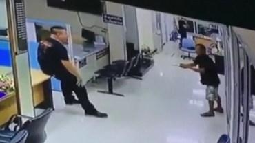 Wdarł się z wielkim nożem na komisariat, policjant spokojnie podszedł do niego i zapytał… czy chce, żeby go przytulić!