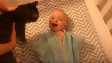 Nie ma nic piękniejszego od dziecięcej radości, wystarczy popatrzeć na tego malucha, który w cudowny sposób cieszy się z obecności kota