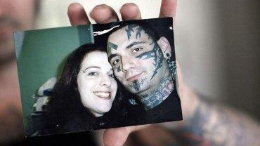 Za młodu był neonazistą i pokrył swoje ciało rasistowskimi tatuażami. Gdy zmienił poglądy, musiał przejść aż 25 operacji, by pozbyć się szpetnego wyglądu
