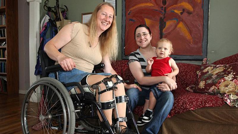 Choć  Chloe może chodzić, marzy o byciu sparaliżowaną. Spędza długie godziny na wózku inwalidzkim, bo wierzy, że niepełnosprawna będzie szczęśliwsza!