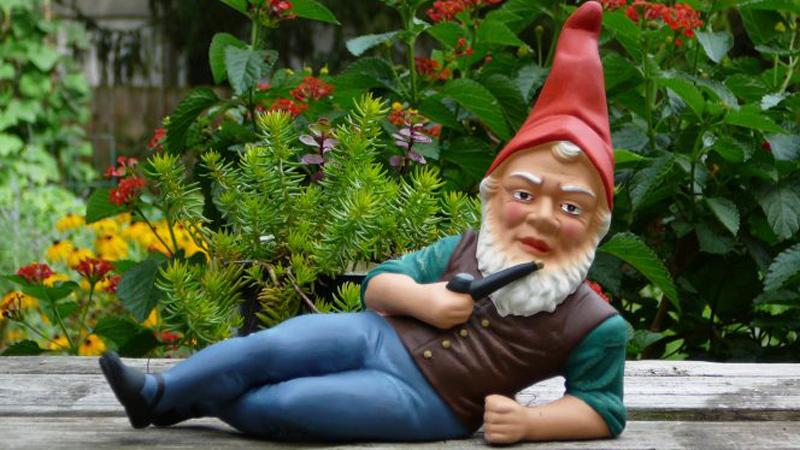 Wiecie skąd wzięły się krasnale ogrodowe? Te barwne postacie nie zawsze były figurkami. Grali je żywi ludzie i dostawali za to pieniądze!