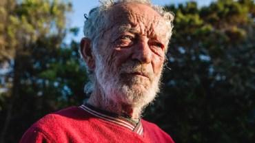 Ten człowiek spędził prawie 30 lat na bezludnej wyspie. Pewna firma internetowa szykuje dla niego małą niespodziankę!