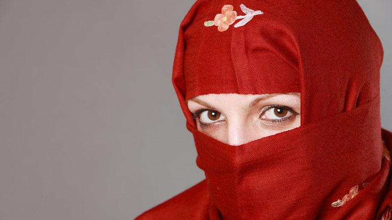 Choć Aarifa jest Muzułmanką, nie zamierza chować się pod hidżabem. To wzięta tancerka na rurze, przekonana o tym, że ciało jest jej najlepszym przyjacielem!