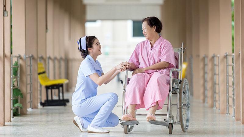 Strzykawki kojarzą Ci się z zastrzykami i bólem? Ta pielęgniarka znalazła ich nowe, przyjemniejsze zastosowanie. To prawdziwa artystka strzykawki!