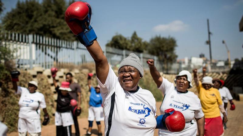 """Są silne i mężne, a choroby wykańczają prawym sierpowym. """"Boksujące babcie"""" z Afryki podbiły Internet nietuzinkową pasją!"""