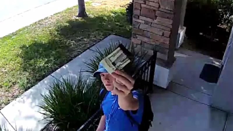 Kobieta nie otworzyła drzwi nastolatkowi, podejrzewając go o Bóg wie co. Gdy zobaczyła nagranie z monitoringu, gorzko pożałowała tej decyzji