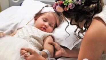 Mała dziewczynka miała tylko jedno marzenie: zostać druhną na ślubie rodziców. By spełnić pragnienie chorej córeczki, para pobrała się na szpitalnym korytarzu