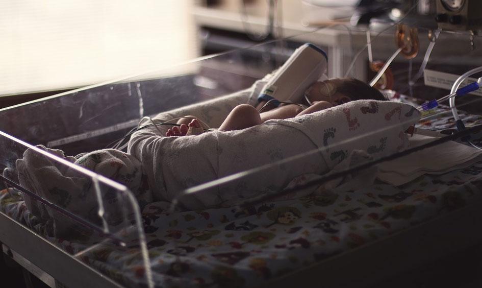 Od 12 lat przychodzi do szpitala i przytula noworodki, przy których nie mogą być ich rodzice! Dla lekarzy i dzieci jest prawdziwym skarbem