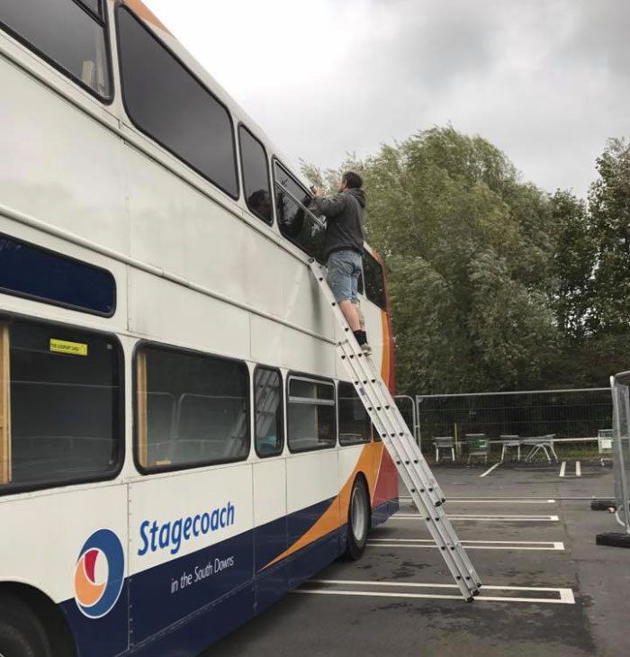Przerobiły dwupiętrowy bus na schronienie dla bezdomnych. Gdy wchodzi się do środka trudno uwierzyć, że może tam spać 12 osób!