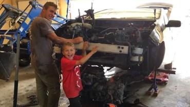 8-latek o własnych siłach podniósł auto, które spadło na jego tatę. Kiedy spytano go, jak to zrobił, odparł, że pomogły mu anioły