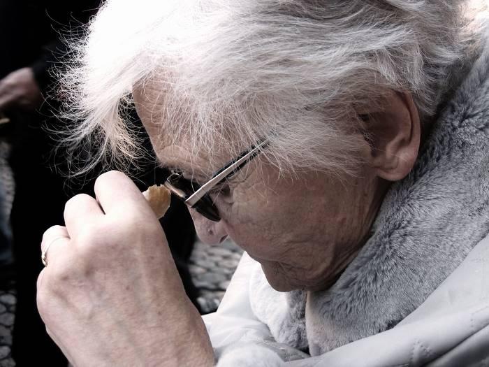 Pewna kobieta chcąc pokazać jak choroba Alzheimera zmieniła jej matkę, sfotografowała efekt jej robótek ręcznych. Wnioski są przygnębiające