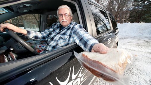 """Rozdaje bezdomnym pół miliona posiłków rocznie. To prawdziwy superbohater, zwany """"Człowiekiem kanapką"""""""