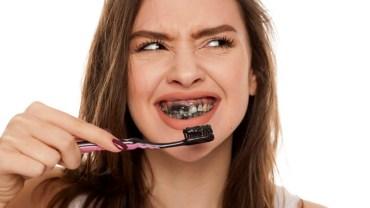 Chcesz mieć śnieżnobiały uśmiech? Nałóż na zęby pastę z aktywnym węglem. Oto najnowszy trend wśród blogerek