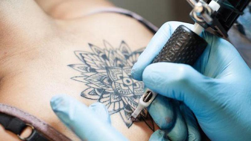 Facet usuwa tatuaż TARKĄ DO SERA ledwo tydzień po jego zrobieniu. Jednak go nie chciał