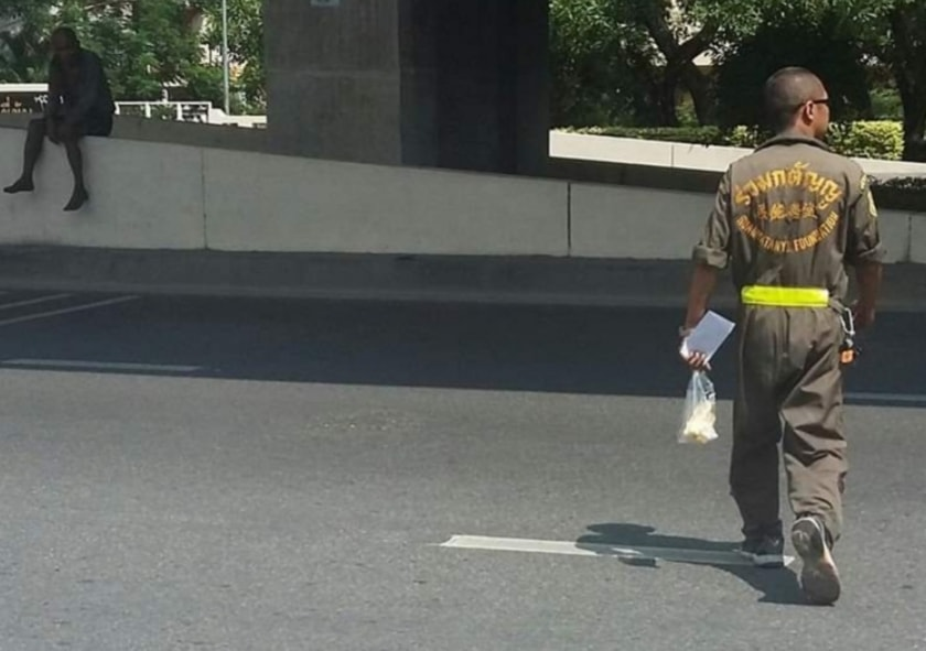 Stary człowiek siedzi przy drodze od 10 lat! Jego historia łamie serce