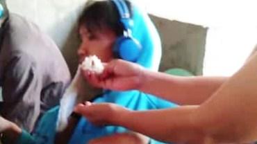 Matka wpycha synowi w usta gałkę ryżu. Powód, dla którego się tak zachowuje, zwali Cię z nóg!