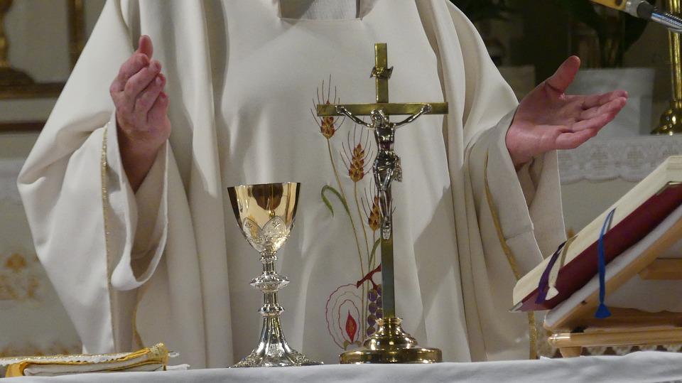 Ksiądz daje dwie 6 z religii za napełnioną pieniędzmi skarbonkę! Rodzice są oburzeni