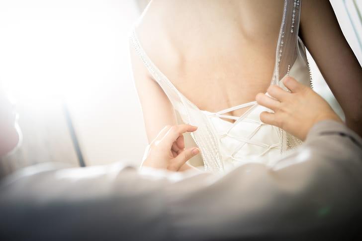 Teściowa założyła na ślub syna taką samą suknię ślubną jak panna młoda! Goście nie odrywali od niej wzroku