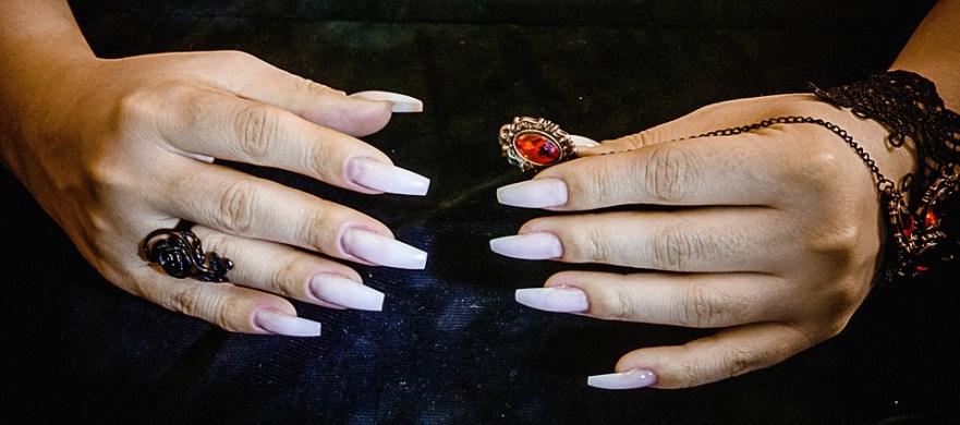 Kobiety trwale łączą paznokcie lewej i prawej dłoni! Czy to nowy sposób na nicnierobienie?