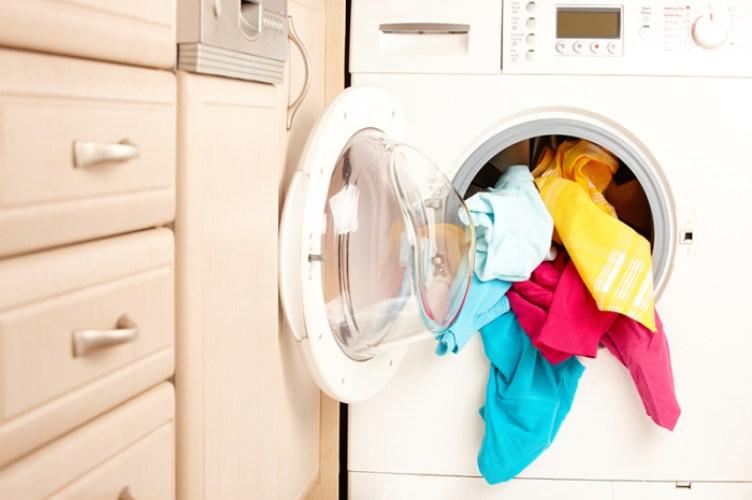 Włóż nawilżającą chusteczkę do prania i zobacz, co się stanie! Mega patent, który ułatwi ci życie