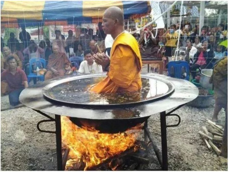 """Tępi ludzie zebrali się wokół mnicha medytującego w rozgrzanym oleju! Jego """"świętość"""" przesłoniła im rozum"""