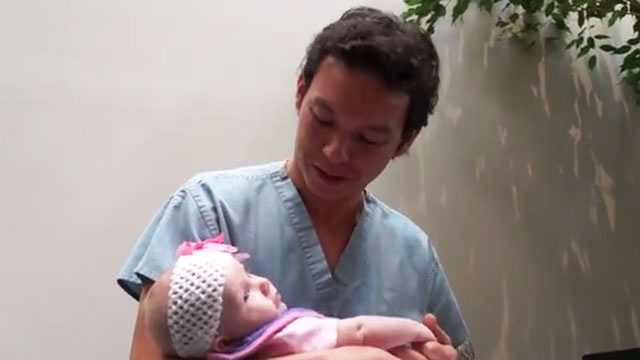 """Doktor użył SUPER GLUE, żeby """"skleić"""" pękniętego tętniaka u 3-tygodniowej dziewczynki. To trzeba zobaczyć"""