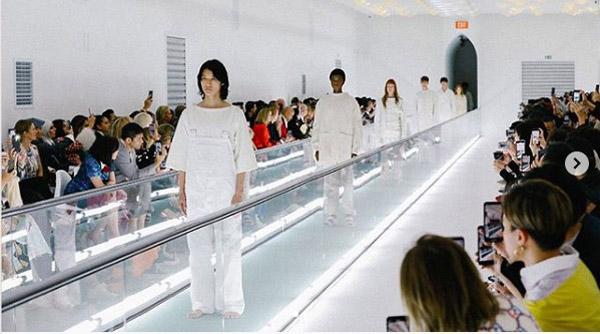 """""""Zdrowie psychiczne to nie moda"""". Modelkę ubrano w kaftan bezpieczeństwa, zaprotestowała wymownym gestem"""