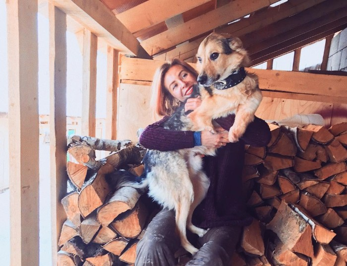 Daria rzuciła pracę, by mieszkać w lesie ze 100 chorymi psami. Dała dom tym, których nikt nie chciał