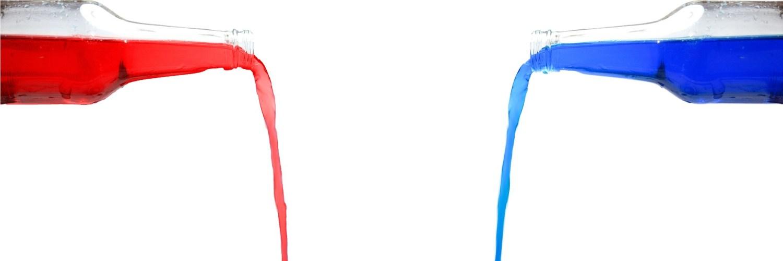 Bouteilles rouge et bleu