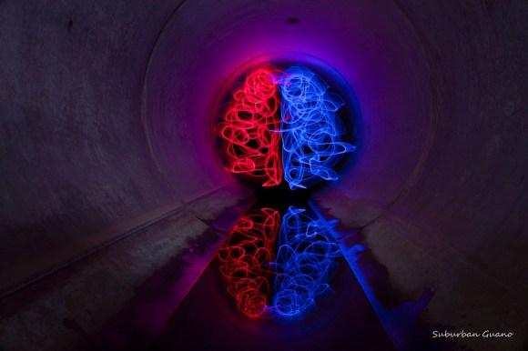 Tunnel lignes bleues et rouges