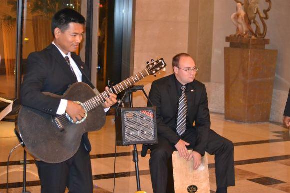 Musicien jouant du cajón.