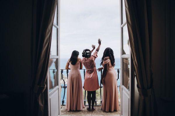 mariée-et-demoiselles d'honneur-agitant-du-balcon