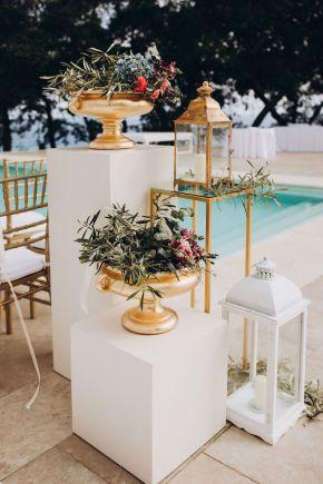 arrangements-floraux-et-lanternes-pour-cérémonie-de-mariage