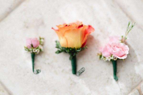 destination mariage rose boutonnières