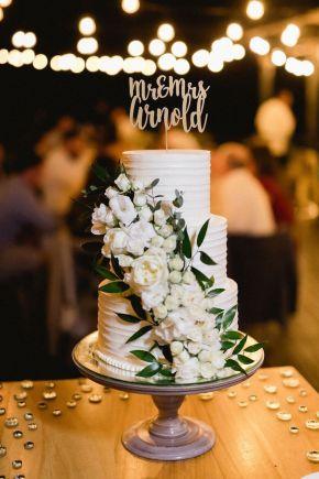 gâteau de mariage blanc à plusieurs niveaux