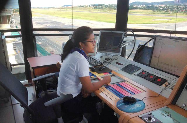 Une contrôleuse aérienne à la tour de contrôle de l'aéroport d'Ivato à Antananarivo