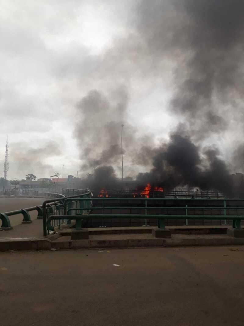 Sur le rond-point de l'échangeur de la Riviera 2, à Cocody, un bus de la Sotra a été incendié par les manifestants.