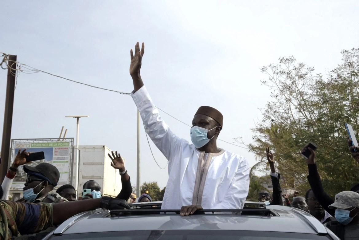 Le député Ousmane Sonko au milieu de ses partisans, le 3 mars 2021, avant d'être arrêté pour «trouble à l'ordre public».