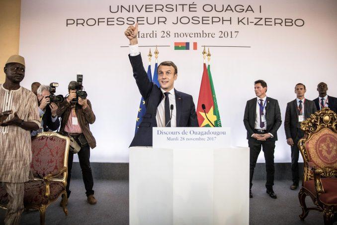 Emmanuel Macron dialoguant avec les étudiants, à Ouagadougou, le 28 novembre 2017.