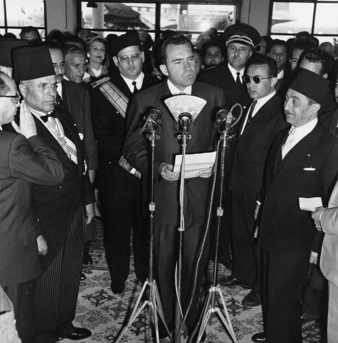 Richard Nixon, alors vice-président des États Unis, Habib Bourguiba (à g), Mongi Slim, le ministre tunisien de l'Intérieur et Béchir Ben Yahmed (lunettes noires), le ministre de l'Information, à Tunis, le 25 juillet 1957.