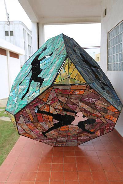 «Dicey Die», l'une des oeuvres de Romuald Hazoumé exposées à Nantes.