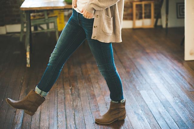 femme avec jeans levis denim et boots