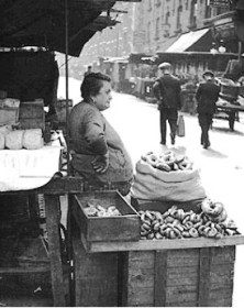 Beigel seller, Petticoat Lane, circa 1915