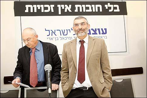 """Michael Ben Ari (R) y Aryeh Eldad bajo su lema de campaña """"No Funciones - No hay derechos"""", presentó su nuevo partido """"Power to Israel"""" en una conferencia de prensa en Jerusalén, Martes, 13 de noviembre 2012."""