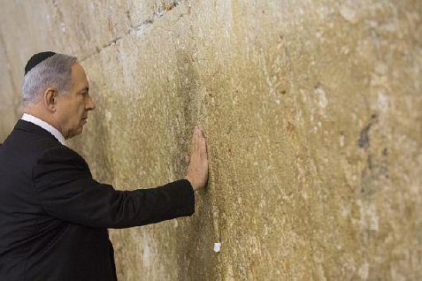 Prime Minister Binyamin Netanyahu prays at the Western Wall.
